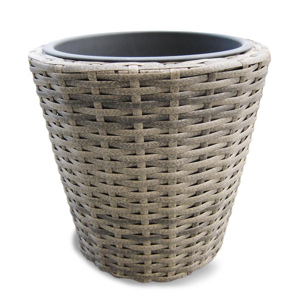 """Der Pflanztopf """"Bali"""" besteht aus geflochtenem Polyethylen mit Metallrahmen."""